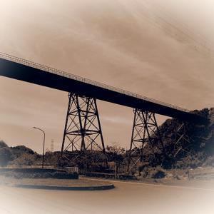 今にも列車が走って来そうな高架橋