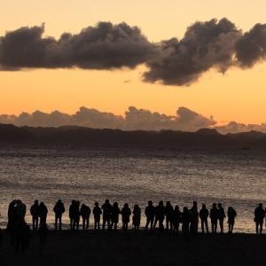 日の出を待つ人々