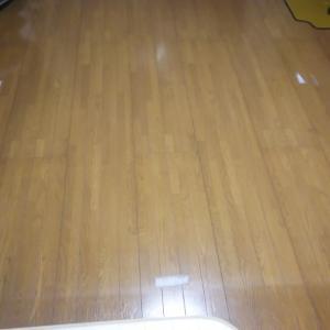 フローリングに残ったカーペットを止めていた両面テープのあとを、