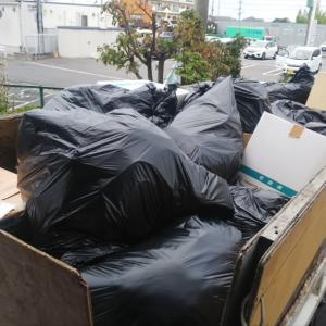 2トンダンプに満載のゴミが、
