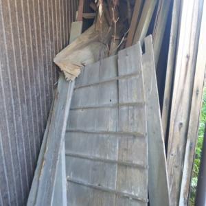 家の横に入れられた廃材の回収の
