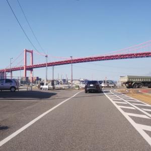 晴天の青空に映える若戸大橋の