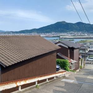 今日は洞海湾をはさんで皿倉山が一望できる高台や