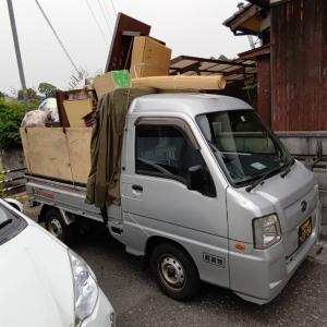 室内の家財を分別しながら、軽トラックの荷台に