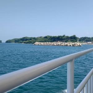 船が経由地の馬島に接岸します。