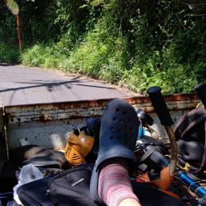 再び軽トラックの荷台に、草刈道具と一緒に?(笑)