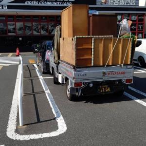 軽トラックも軽バンともに、処分家財でいっぱいに