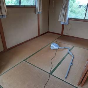 今日は家財処分のお宅の最終日です。各部屋、掃除機を