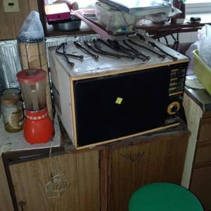 台所の重たい電子レンジも、勝手口から台車にのせ、
