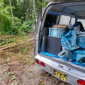 指定された場所の竹や廃材を積んで、処分に走ります。