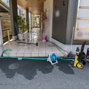 通路の洗浄が終われば、道具を片付けます。