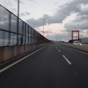 台風が過ぎ去った夕暮れの空をみながら、若戸大橋を