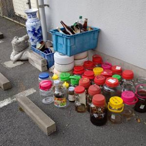 駐車場に梅酒等の瓶などを並べ終わったら、他の現場に