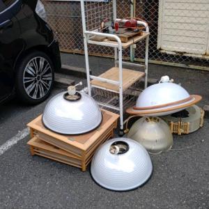 照明器具を屋外に搬出。軽トラックを昨日と同じように、