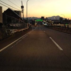 夕暮れの北九州の市街地を、都市高速で、門司から