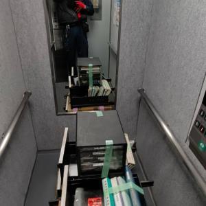 家具だけでなく、机の引き出しやパソコンも搬出して、