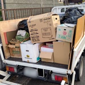 2トントラックの荷台も、輸出用の家財とゴミでいっぱいに