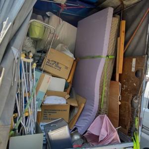 一旦自宅の駐車場で、とりあえず積んできた粗大ゴミや