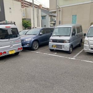 会社の駐車場で、営業ナンバーの軽バンから、剪定・