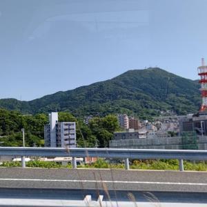 晴天で、都市高速から皿倉山の山頂がきれいにみえます。