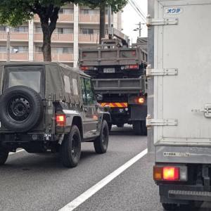 高速を下りて、現場に向かう途中、自衛隊車両が荷台に
