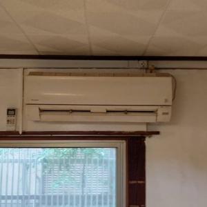 室内についていた古いエアコンも取り外します。