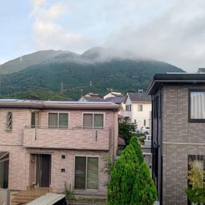 今朝は書斎から見える足立山に、ちょっと雲がかかって
