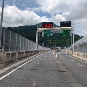 都市高速から皿倉山や足立山をみながら、スタッフが