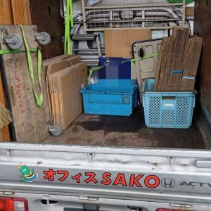 軽トラックの荷台の荷物をおろし、明日の現場の用意が