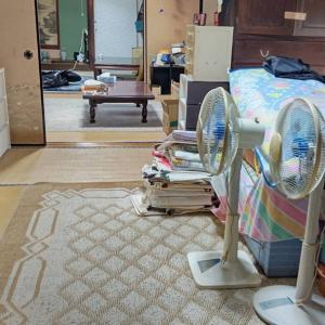 今日も室内の家財を整理していき、不要品等は一輪車を