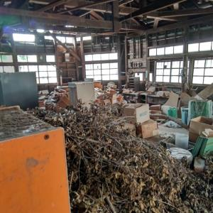 工場の中は荒れ放題。建物も古いですが、物やゴミが