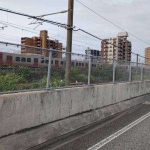 JR鹿児島本線の下り列車と併走し、黒崎の赤白の煙突を