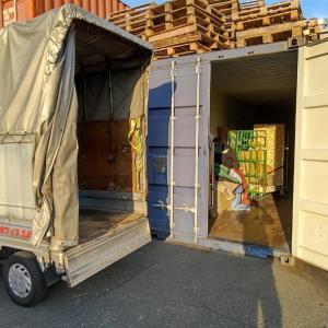 コンテナ倉庫では、使えそうな家財は輸出用にカゴに