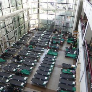 チリの暴動 / 空港内に置かれた簡易ベッド