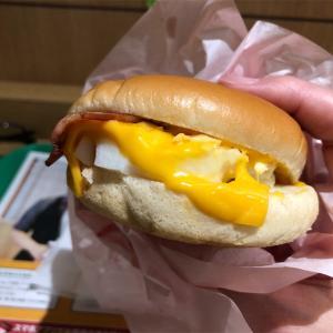 朝マック『ベーコンエッグマックサンド』ってサンドウィッチだったんだ‼️濃厚なチーズの風味を楽しもう‼️