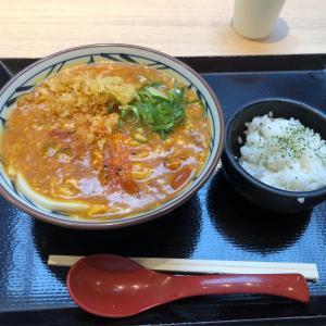 丸亀製麺とTOKIOのコラボ飯『トマたまカレーうどん』爆誕!!ということなので最速レビュー!!卵のまろやかさとトマトの酸味がたまらない一杯です!!