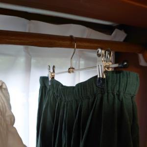 出窓に洗濯物を干すため、突っ張り棒を設置しました