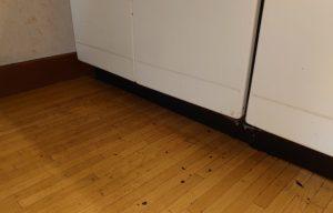 深夜にキッチンンの床に貼っていたウォールシートを剥がしたらベタベタが凄い(>_