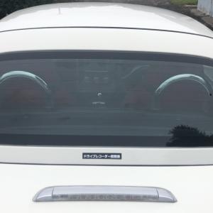ドライブレコーダー表示ステッカーを車に付ける
