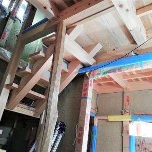ついに階段完成 ~ 木組みの家の手刻み地松スケルトン階段