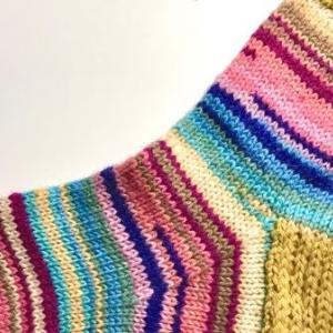 【棒針編み】靴下31号~2種類の段染め糸でカラフル縞模様~