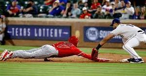 【一塁牽制球が苦手な人必見】一塁ランナーを刺すためのテクニック