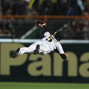 草野球における外野手のダイビングキャッチのリスクとは?