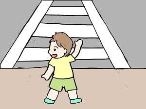 横断歩道、大人も子どもも手を上げるのはいいですね