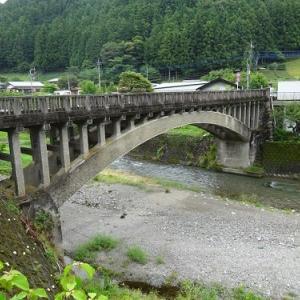 名栗川橋に清らかな流れ 気持ち安らぐ