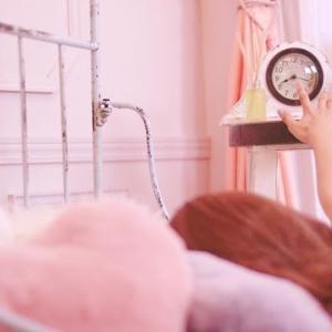 目覚ましかけても気づかないのは病気? 目覚ましが聞こえない理由と遅刻しない対策