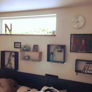 寝室の壁に廃材や100均の板を使って棚を作ったよ😃