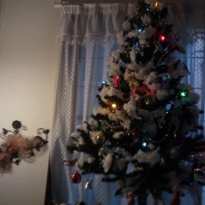 クリスマスツリーで玄関を華やかに♪