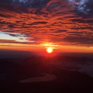 吉田ルート五合目から頂上までの道のりを紹介!富士山の頂上から見える日の出・ご来光の写真も!