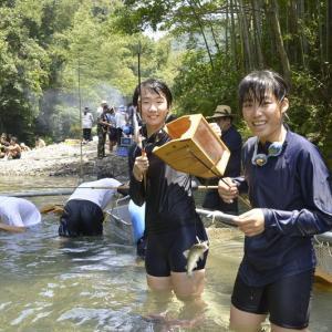 中学生が伝統のアユしゃくり漁に挑戦 四万十市